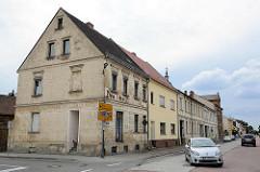 Wohnhäuser - Geschäftshäuser in der Brauerstraße von Oranienburg - im Vordergrund  eine ehem. Drogerie.