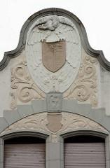 Wohnhaus - Villa, Jugendstilarchitektur mit Schmuckelementen an der Hausfassade, erbaut 1902 - Marktplatz in Oranienbaum.
