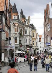 unterschiedliche Baustile der Architektur in der Bergedorfer Einkaufsstrasse  Sachsentor - neben historischen Fachwerkhäusern aus dem 17. Jahrhundert und Gebäude aus der Gründerzeit um 1870 und 1900 befinden sich auch Geschäftshäuser aus den 1970