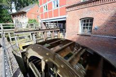 Sich drehendes Mühlenrad, Wasserrad an der Trave - Mühle am Mühlenplatz in  Bad Oldesloe.
