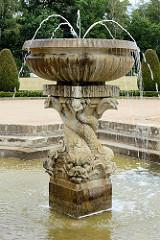 Brunnenanlage / Delphinbrunnen in der Parkanlage vom Schloss Oranienbaum - erbaut 1685 als Sommersitz für die Fürstin Henriette Catharina, Gemahlin von Fürst Johann Georg II. von Anhalt-Dessau; Teil vom Gartenreich Dessau-Wörlitz, das seit 2000 zum U