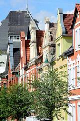 Hausgiebel, mehrstöckige Wohnhäuser in Aken, Elbe - im Hintergrund das Dach vom Speicher im Akener Hafen.