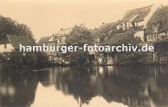 Bergedorfer Serrahn ca. 1880; dicht gedrängt stehen die alten Häuser am Wasser - in der linken Bildmitte ist das Brückengeländer an der Holstenstrasse zu erkennen.