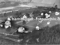historische Luftaufnahme ca. 1936 vom weitläufigen Gelände der  Sternwarte auf dem Bergedorfer Gojenberg; lks. das Kuppelgebäude vom Grossen Refraktor, schräg davor das Gebäude des Meridiankreises.