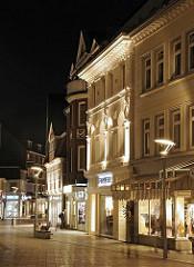 Die Einkaufsstrasse Sachsentor in den Abendstunden - in der Nacht sind die Schaufenster und die historischen Fassaden in der Bergedorfer Fussgängerzone teilweise beleuchtet.