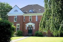 Wohnhaus / Villa zwischen hohen Bäumen - Villenviertel von Hamburg-Bergedorf.