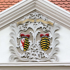 Wappen mit goldenem Schriftband - Tympanon in Coswig.