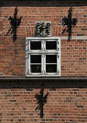 Fensterdetail und Mauerwerk der historische Architektur vom Bergedorfer Schloss. Die Ursprünge des Wasserschlosses in Bergedorf wurde um 1220 angelegt, der jetzige Bau ab dem 15. Jh. entwickelt und seitdem mehrfach verändert. Die Anlage steht sei
