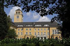 Blick vom Rathauspark zum Bergedorfer Rathaus; das Rathaus von Bergedorf war ursprünglich eine 1899 errichtetes Wohnhaus, das nach seinem Bauherrn, einem Gummi-Kaufmann, die Messtorffsche Villa genannt wurde. Der Architekt des Gebäudes war Johann