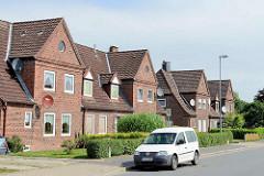 Doppelhäuser mit Giebel und Dachfenster - Architektur in Brunsbüttel, Kreis Dithmarschen.