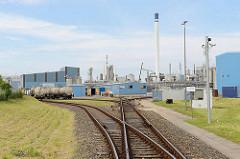 Gewerbegebiet in Brunsbüttel - Industriegebiet am Nord-Ostsee-Kanal, chemisches Werk / Eisenbahngleise.