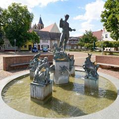 Marktbrunnen am Marktplatz von Aken / Elbe; Figurengruppe mit weiblichen Akt / Symbol der Elbe im Mittelpunkt.