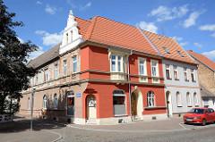 Wohnhaus zur Hälfte restauriert - ehem. Ladengeschäft zu Wohnraum umgestaltet - Architekturbilder von Aken, Elbe.
