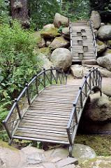 Bogenbrücke im Schlosspark in Oranienbaum - die zweite Rundbrücke ist mit Hilfsstufen versehen.