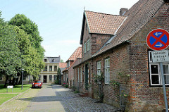 Historische, unter Denkmalschutz stehende Wohnhäuser am Markt von Brunsbüttel Ort / Altstadt. Im Vordergrund das alte Pastorat, erbaut 1772 - eingeschossiges traufständisches Backsteingebäude.