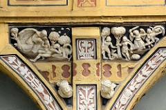 Historisches Gebäude - Erker mit floralen Elementen und biblischen Szenen verziert - Breiter Weg in Eisleben / Neustadt.