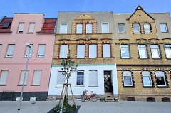 Wohnhäuser mit teilweiser Ziegelfassade - ausgebaute Dachwohnung mit integriertem Giebel; Architektur in Aken an der Elbe.