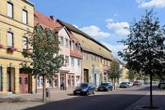 Wohnhäuser in unterschiedlichen Baustilen - Geschäfte; Köthener Straße, Aken / Elbe.