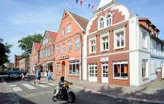 Wohn- und Geschäfthäuser unterschiedliche Baustile; Hagenstraße in Bad Oldesloe.