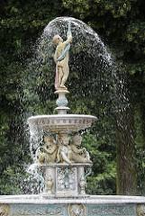 Der gusseiserne Springbrunnen am Bergedorfer Kaiser Wilhelm Platz wird nach seinem Spender Carl Sievers auch Sievers Brunnen genannt. Auf seiner Spitze steht eine Putte von der aus das Wasser schirmförmig nach unten fällt -  vier weitere Knaben s