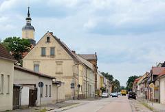 Wohn- und Geschäftshäuser in Brauerstraße von Oranienbaum - lks. die Kuppel vom Kirchturm der Stadtkirche