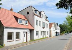 Einzelhäuser, unterschiedliche Bauformen / Hausfassaden; Sackstraße in Brunsbüttel.