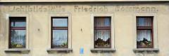 Putzfassade mit eingelassenem Schriftzug Lichtbildstätte Friedrich Borrmann, Hausfassade in Coswig / Anhalt.
