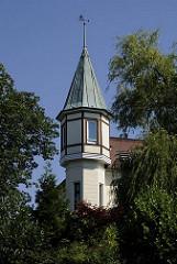 Erkerturm mit Kupferdach und einem Segelschiff als Wetterfahne auf der Turmspitze.  Ende des 19.  Jahr- hunderts wurde begonnen, im sogenannte Villenviertel zu bauen -  wohlhabende Hamburger und Bergedorfer Bürger ließen dort ihre repräsentativen