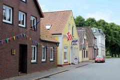 Einzelhäuser, unterschiedliche Bauformen / Hausfassaden; Sackstraße in Brunsbüttel - Blick Richtung Markt.