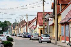Henriettenstraße in Oranienbaum - Wohnhäuser mit Gewerbe, parkende Autos.