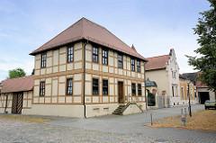 Historische Architektur am Marktplatz von Oranienbaum - im Vordergrund das Pfarrhaus, erbaut 1803, im Hintergrund eine Jugendstilvilla.