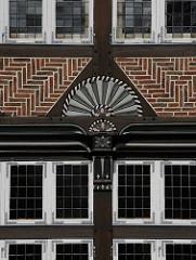 Fachwerkhaus Gasthof Stadt Hamburg in Bergedorf - farbige Schnitzereien verzieren das historische Gasthaus, das ca. 1550 errichtet wurde.