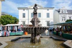Wochenmarkt auf dem Marktplatz vor dem Rathaus in Bad Oldesloe - Gänselieselbrunnen, Bildhauer Richard Kuöhl.
