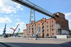 Hafen von Aken / Elbe - Ziegelgebäude, Industriearchitektur.
