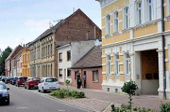 Wohnhäuser mit unterschiedlicher Traufhöhe - Burgstraße von AKEN / Elbe.