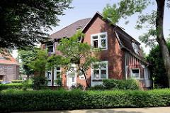 """Wohnhaus im Beamtenviertel von Brunsbüttel. Um das Brunsbütteler Beamtenviertel handelt es sich um eine nach der Gartenstadt-Idee angelegte Siedlung für Kanal- Beamte und – Lotsen, die im Zusammenhang mit der Kanalerweiterung und Anlage der beiden """"G"""
