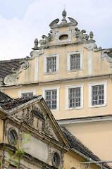 Architekturdetail vom Coswiger Schloss.  Coswig war von 1603 bis 1793 Teil des Fürstentums Anhalt-Zerbst. Das in der Stadt befindliche Schloss wurde 1667–1677 erbaut und diente bis ins 19. Jahrhundert als Witwensitz. Während im Bauschmuck des nördlic
