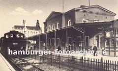 Ende 1846 wurde die Bahnstrecke von Bergedorf nach Berlin verlängert und in diesem Zusammenhang ein neuer Bahnhof errichtet - der alte Bergedorfer Bahnhofsgebäude wurde stillgelegt. Auf dem Bahnsteig des im klassizistischen Architekturstil errich