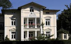 Gründerzeitvilla mit Säulen und Stuckdekor im Bergedorfer Villenviertel; Ende des 19.  Jahrhunderts wurde begonnen, das sogenannte Villenviertel zu bebauen - wohlhabende Hamburger und Bergedorfer Bürger ließen dort ihre repräsentativen Wohnhäuser
