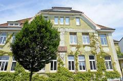 Rathaus von Brunsbüttel - Fassade mit  Wein bewachsen.