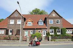 Doppelhaus mit Giebel und Dachfenster - Architektur in Brunsbüttel, Kreis Dithmarschen.