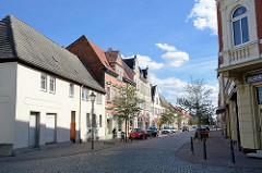 Mehrstöckige Wohnhäuser mit Geschäften - Köthener Straße in Aken (Elbe).
