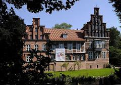 Die Ursprünge vom Bergedorfer Schloss wurde um 1220 angelegt, der jetzige Bau ab dem 15. Jh. entwickelt und seitdem mehrfach verändert. Die Anlage steht seit 1926 unter Denkmalschutz. Ab 1953 beinhaltet das historische Gebäude das Museum für Berg