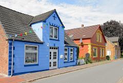 Einzelhäuser mit bunter Fassade - Wohnhäuser in Brunsbüttel, Kreis Dithmarschen.