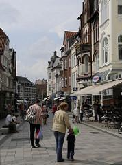 Blick in die verkehrsberuhigte Bergedorfer Einkaufsstrasse Sachsentor - im Hintergrund das Fachwerkhaus der historischen Bergedorfer Kornwassermühle, die dort an der aufgestauten Bille errichtet wurde.