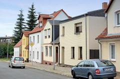 Wohnhäuser in Coswig - unterschiedliche Dachformen und Fassadengestaltung.