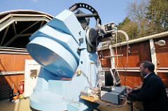 Teleskop und geöffnete Kuppel - Hamburger Sternwarte in Bergedorf.