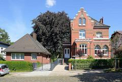 Backsteinvilla mit Treppengiebel, Gründerzeitarchitektur - daneben Bungalow mit Walmdach.
