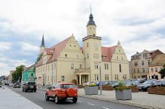 Rathaus der Stadt Coswig (Anhalt) - Marktplatz als Parkplatz, Autoverkehr auf der Schloßstraße.