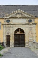 Eingang zum Coswiger Schloss - Tympanon mit Wappen.  Coswig war von 1603 bis 1793 Teil des Fürstentums Anhalt-Zerbst. Das in der Stadt befindliche Schloss wurde 1667–1677 erbaut und diente bis ins 19. Jahrhundert als Witwensitz. Während im Bauschmuck